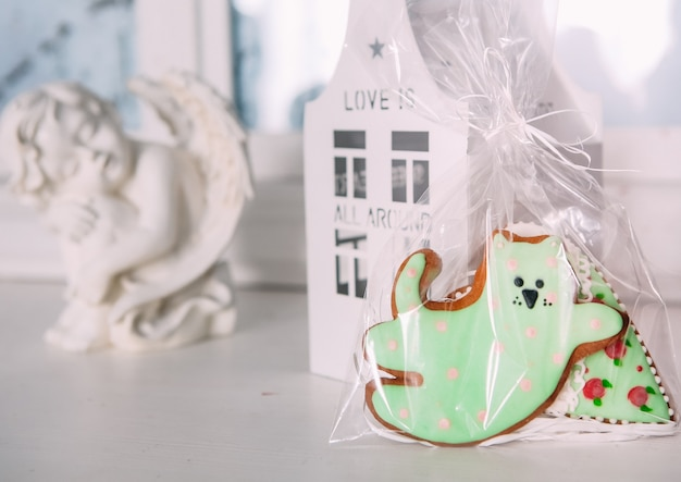ホリデークッキーアイシング贈り物梱包猫の家の天使 Premium写真