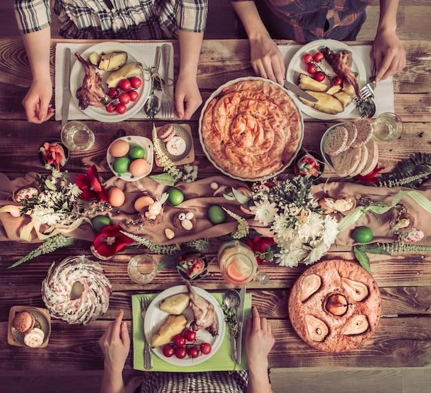 休日の友人やウサギの肉、野菜、パイ、卵、上面と休日テーブルで家族。 無料写真