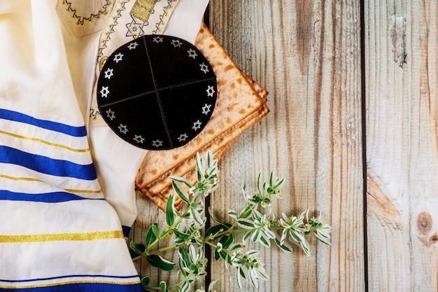 Holiday matzoth celebration matzoh jewish passover bread kippah and tallit Premium Photo