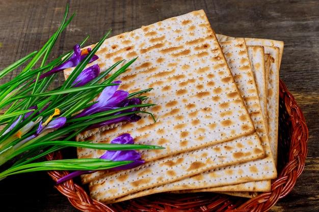 Holiday matzoth celebration matzoh jewish passover bread torah Premium Photo