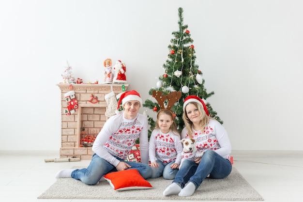 휴일 및 축제 개념. 크리스마스 트리, 행복 한 가족 초상화 프리미엄 사진