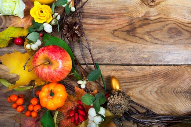 カボチャ、リンゴ、カエデの葉の花輪、コピー領域の休日の背景 Premium写真