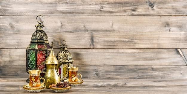 休日バナーオリエンタルランタン装飾木製の背景 Premium写真