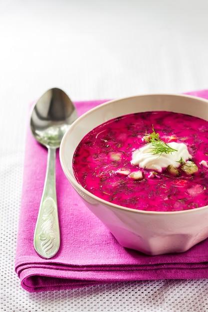 Holodnik、伝統的なリトアニアの冷たいビーツのスープ Premium写真