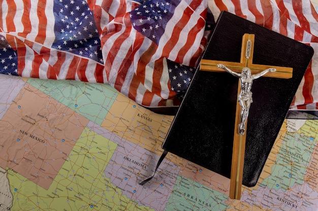 Библия христианского креста - надежда человечества на спасение на пути к богу через молитву на американском флаге и карте сша Premium Фотографии