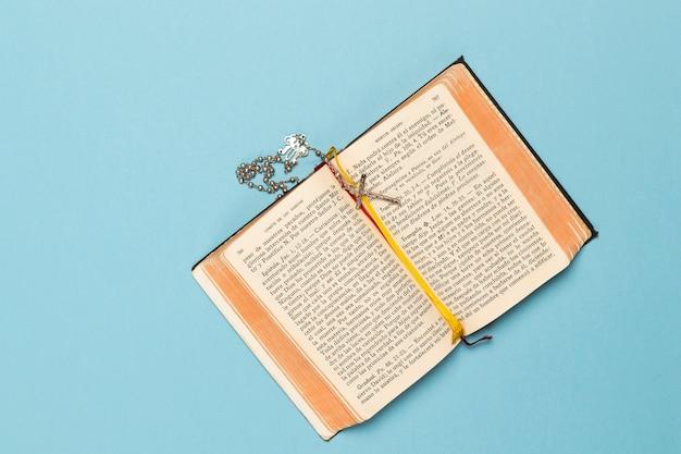 神聖な本とクロスのネックレス 無料写真