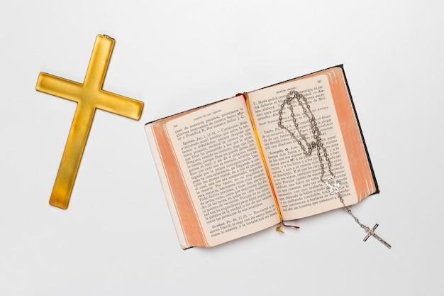 神聖な本とネックレスと聖十字架 無料写真