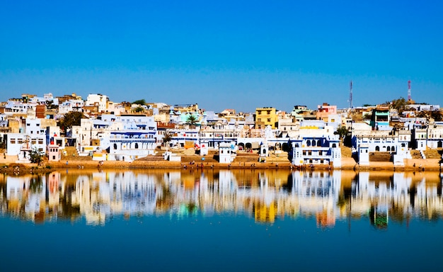 The holy brahman town and lake in the early morning, pushkar, rajasthan, india. Premium Photo
