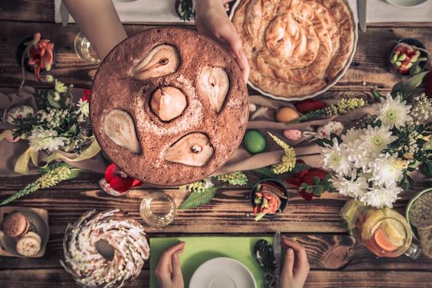 Домашний праздник друзей или семьи за праздничным столом Бесплатные Фотографии