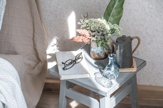 美しい植木鉢と装飾品のホームチェア 無料写真