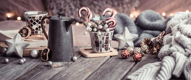 Comfort domestico, dettagli degli interni festivi su un tavolo di legno Foto Gratuite