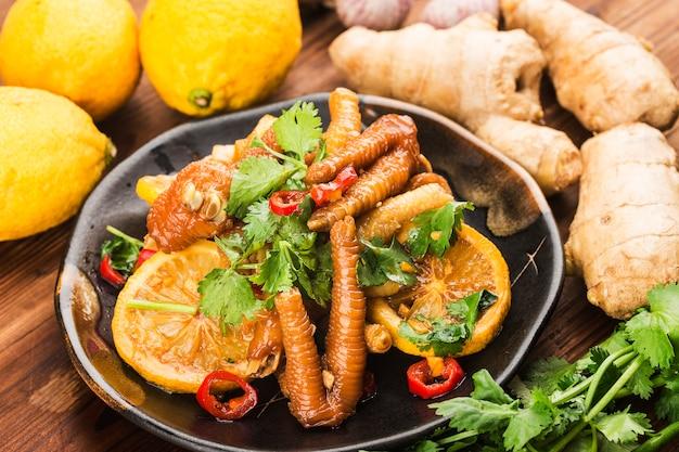 가정 요리 : 신선한 레몬 닭 날개, 프리미엄 사진