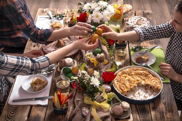 ホームホリデーの友人やお祝いテーブルでの家族 無料写真