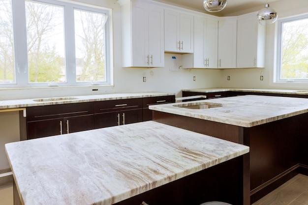 Благоустройство дома и дизайн интерьера новая белая кухня ремонт Premium Фотографии