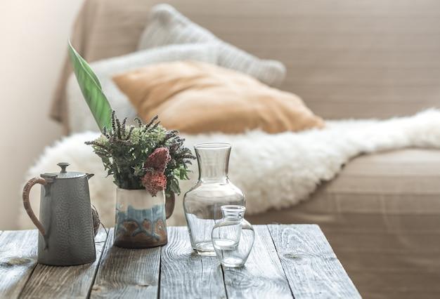 木製のテーブルの装飾的なアイテムのインテリア。 無料写真