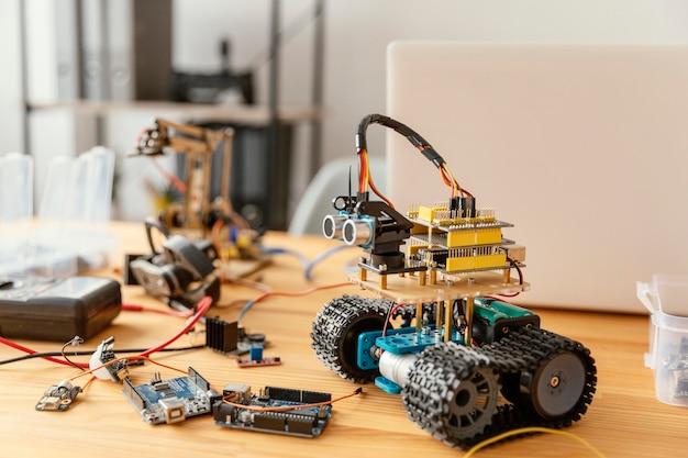 Robot fatto in casa sulla scrivania Foto Gratuite
