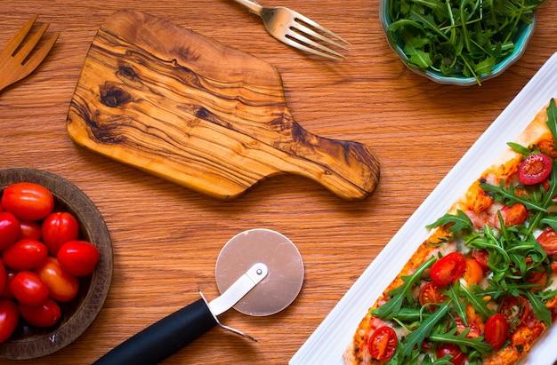トマト、ルッコラ、モッツァレルの自家製メイドフレッシュピザ Premium写真