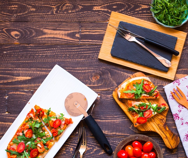 Home maid fresh pizza with tomatoes rucola and mozzarell Premium Photo