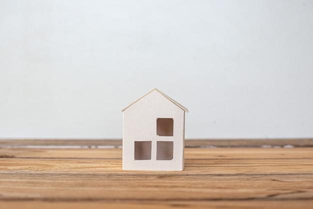 홈 보호 보험 개념, 종이 집, 가족의 집 프리미엄 사진