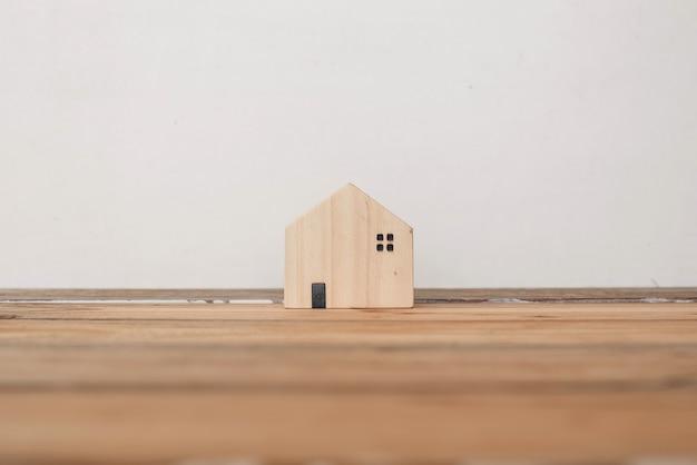 홈 보호 보험 개념, 나무 집, 가족 주택 프리미엄 사진