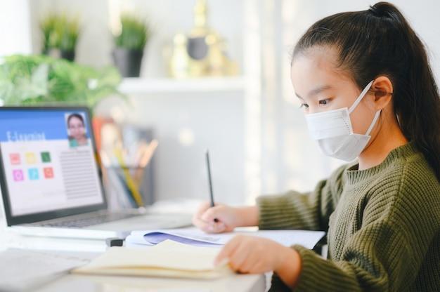 Домашняя школа на карантине. домашнее образование, чтобы избежать вирусной болезни, концепция образования онлайн Premium Фотографии