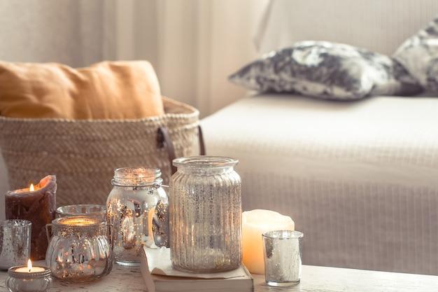 Домашний натюрморт со свечами и вазой в гостиной Бесплатные Фотографии