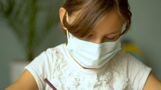 コロナウイルスcovid19の隔離期間中の家庭用トレーニング。 Premium写真