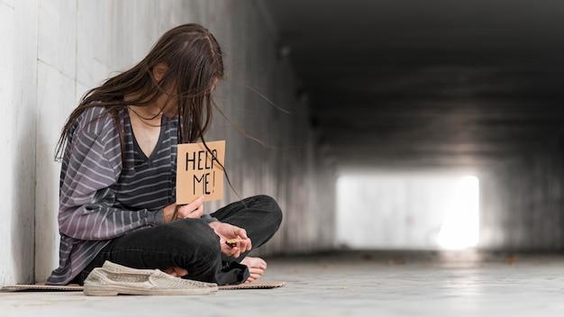 Бездомный умоляет о помощи Premium Фотографии
