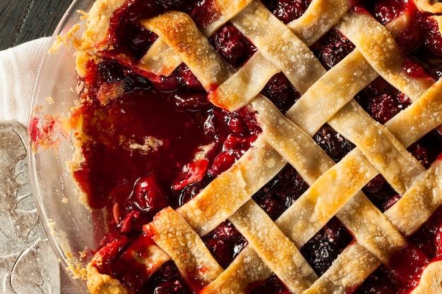Домашний яблочный пирог с соусом Premium Фотографии