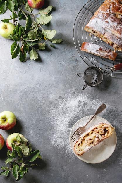 自家製のリンゴのシュトルーデル Premium写真