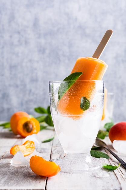 Homemade apricot popsicles Premium Photo