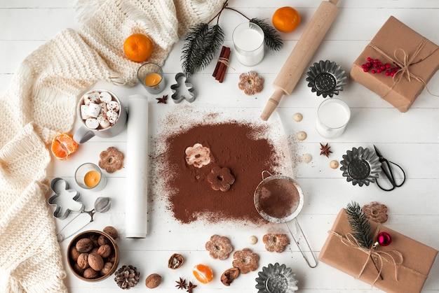 Fabbricazione del forno casalingo, biscotti del pan di zenzero nella forma di primo piano dell'albero di natale. Foto Gratuite