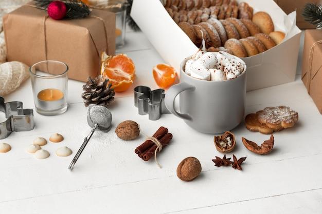自家製パン屋さん、クリスマスツリーのクローズアップの形のジンジャーブレッドクッキー。 無料写真