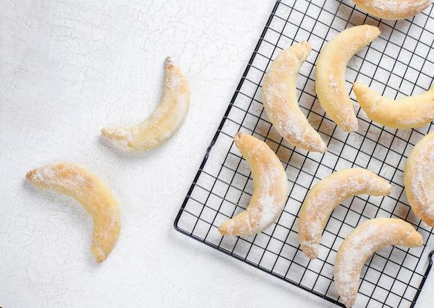 Домашнее печенье в форме банана с творожной начинкой Бесплатные Фотографии