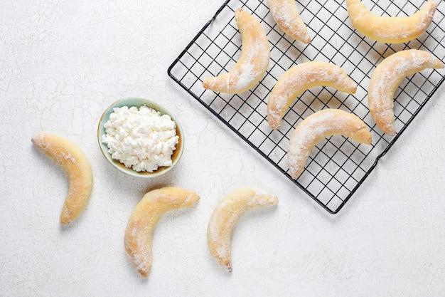 カッテージチーズを詰めた自家製バナナ型クッキー。 無料写真