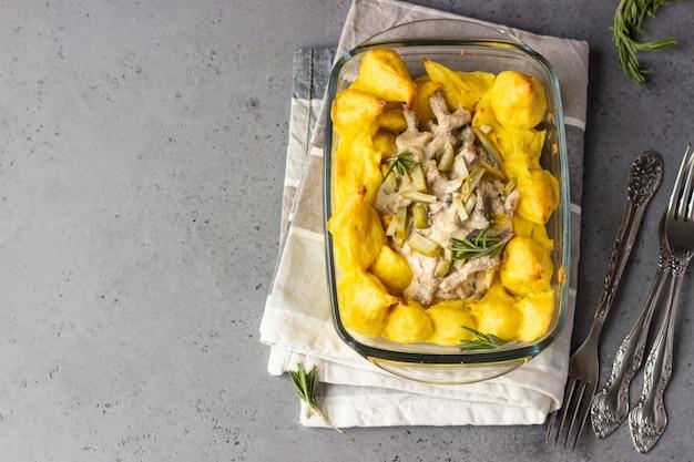 Домашний бефстроганов с грибами и картофельным пюре Premium Фотографии