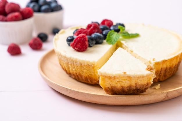 Homemade cheesecake with raspberries and blueberries Premium Photo