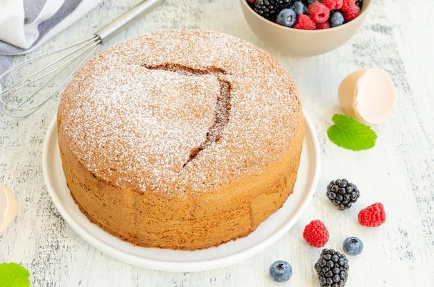 自家製のクラシックなバニラスポンジケーキまたは粉砂糖をまぶしたビスケット Premium写真