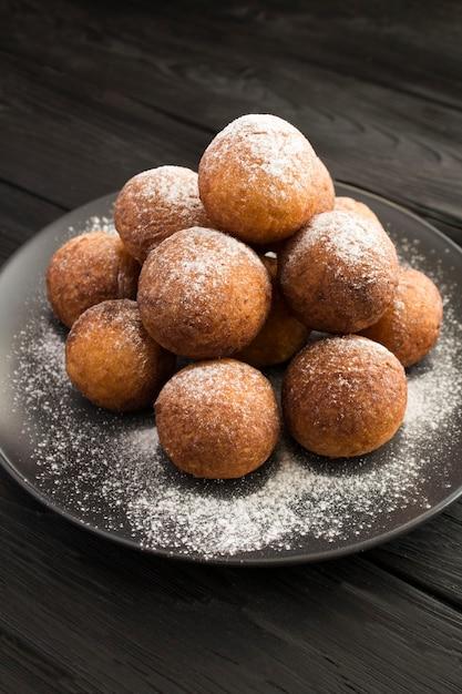 Домашние творожные пончики на черной тарелке Premium Фотографии