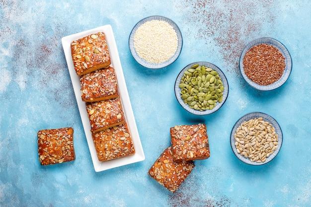 Домашнее хрустящее печенье с кунжутом, овсяной мукой, тыквой и семечками. здоровая закуска, крекеры из семян Бесплатные Фотографии