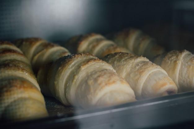 Домашние круассаны выпекаются в духовке Premium Фотографии