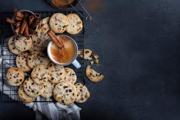 ピスタチオ、チェリー、バターを使った自家製のカリカリクッキー Premium写真