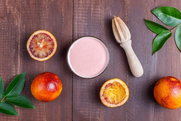 新鮮なブラッドオレンジのフルーツを使った自家製のおいしいブラッドオレンジの釉薬。 無料写真
