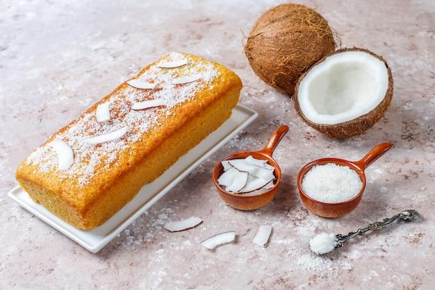 Torta di cocco deliziosa fatta in casa con mezza noce di cocco Foto Gratuite