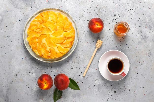 桃と自家製のおいしいフランスデザートのタルト。 無料写真