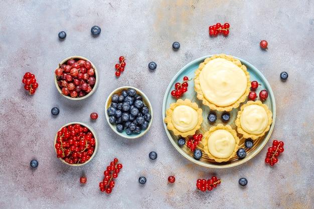 Домашние вкусные деревенские летние ягодные тарталетки Бесплатные Фотографии
