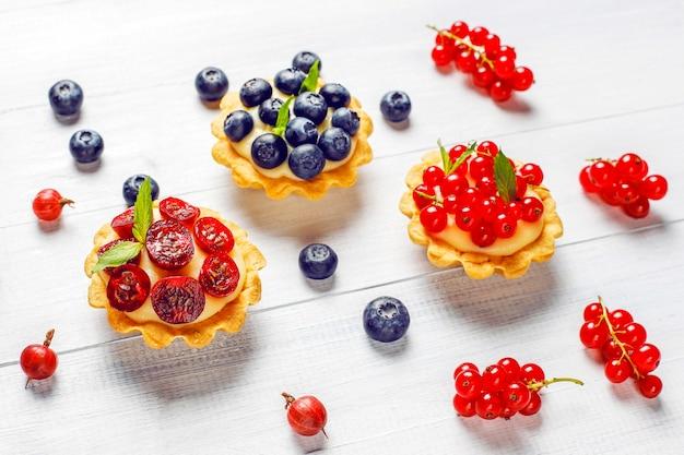Tartellette rustiche fatte in casa deliziose ai frutti di bosco estive Foto Gratuite