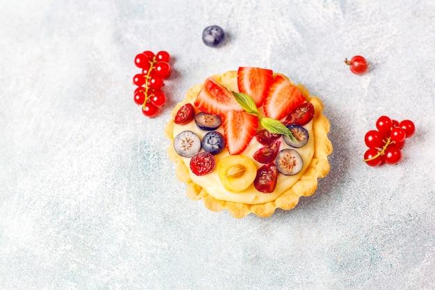 Домашние вкусные деревенские летние ягодные тарталетки. Бесплатные Фотографии