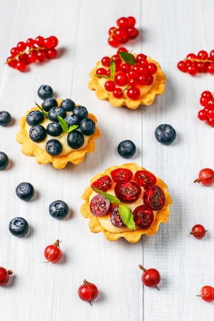 Tartellette rustiche fatte in casa deliziose ai frutti di bosco. Foto Gratuite
