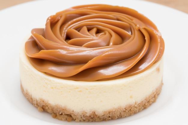 Homemade dulce de leche (milk-based caramel/ doce de leite) cheesecake. front view Premium Photo